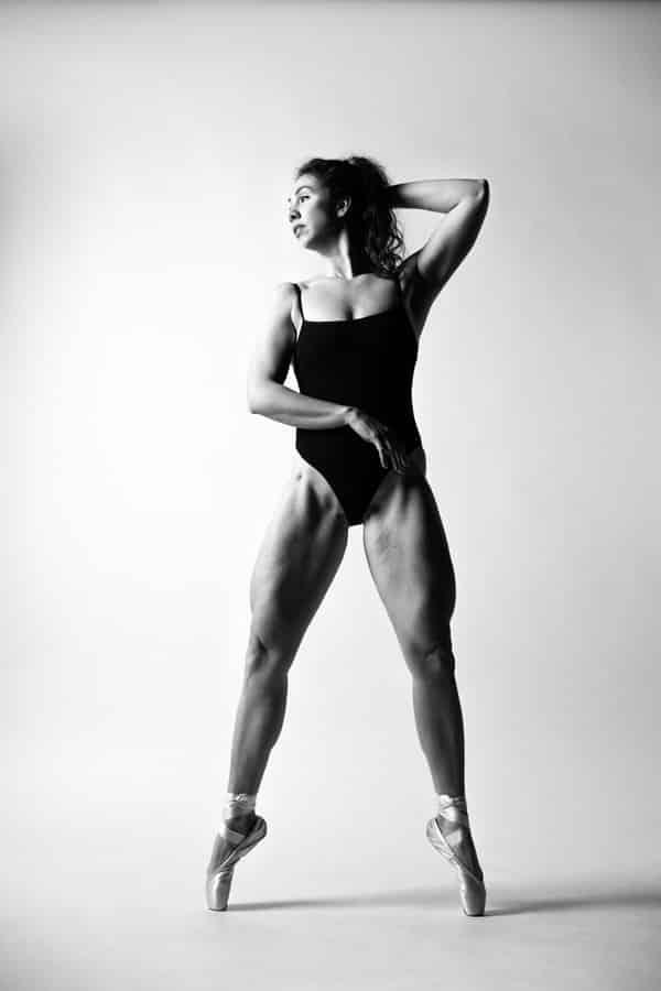Ballet fotoshoot jonge gespierde vrouw